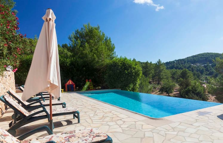 5-bedroom house in a short walking distance from Sant Josep