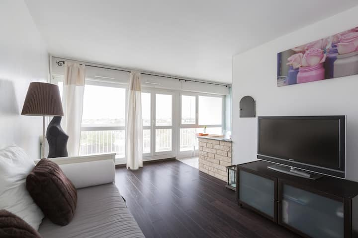 Bright and spacious studio (35m²) with balcony