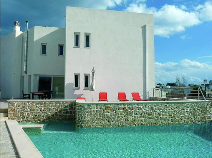 Holiday Home Vistaport with Wi-Fi, Garden, Terrace & Pool; Street Parking Available