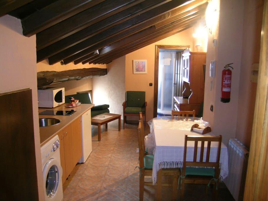 Abuhardillado 2 3 personas apartamentos en alquiler en for Abuhardillado