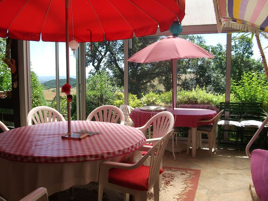 Une véranda pour les petits déjeuners avec vue sur les Pyrénées.