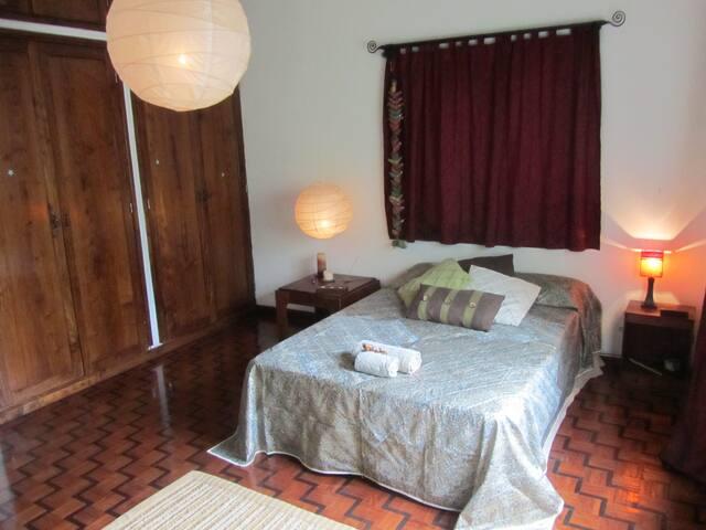 Quarto com cama de casal / double bedroom