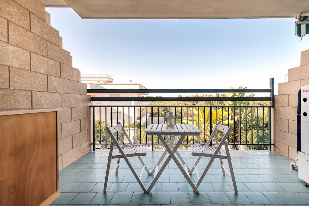Ampio balcone con vista mare e zona verde