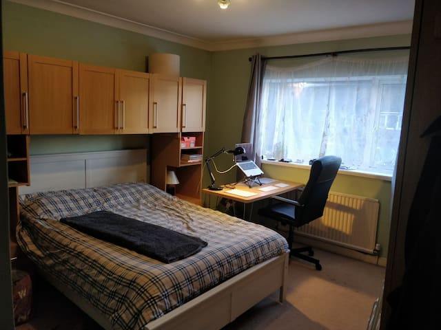 Spacious double room (1) close to Warwick Uni
