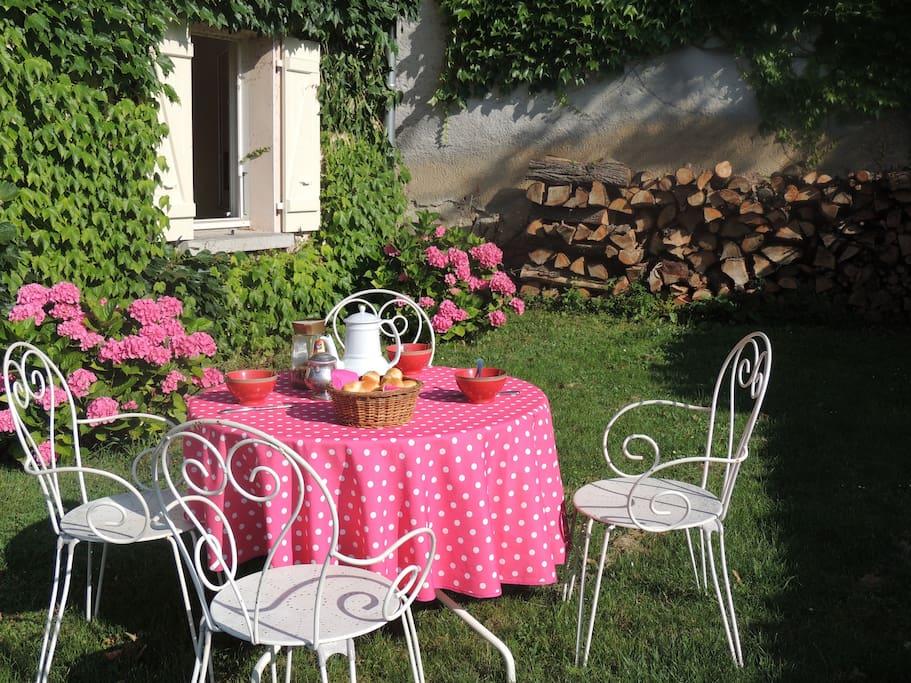 Petit-déjeuner et repas dehors, au soleil