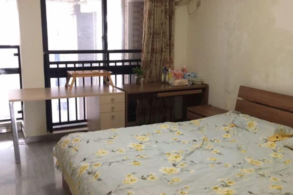 主卧,1.8米实木大床,还有两张桌子,学习办公都不耽误!