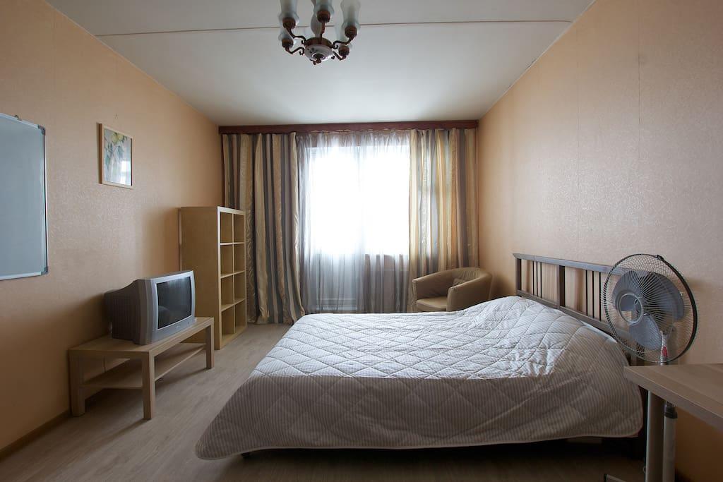Спальня с кроватью, креслом, столом с компьютерным креслом и шкафами