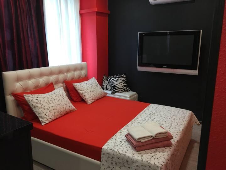 Дизайнерская уютная чистая ухоженная со свежим  ремонтом однокомнатная очаровательная  квартира в стиле 50 оттенков серого. Отличное место для отдыха и романтических встреч и новобрачных