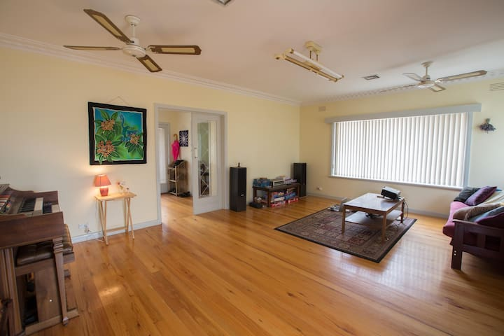 Whole family home in Coburg North - Coburg North - House