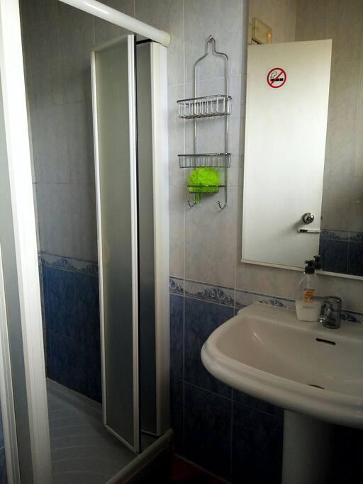 Сан- узел для общего пользования с душем.
