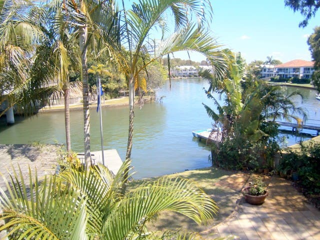 The BOATHOUSE canal front apartment - Noosaville - Daire
