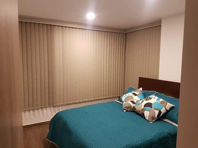 Habitación principal, cama matrimonial y TV