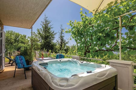Holiday cottage with 2 bedrooms on 87m² in Smrika