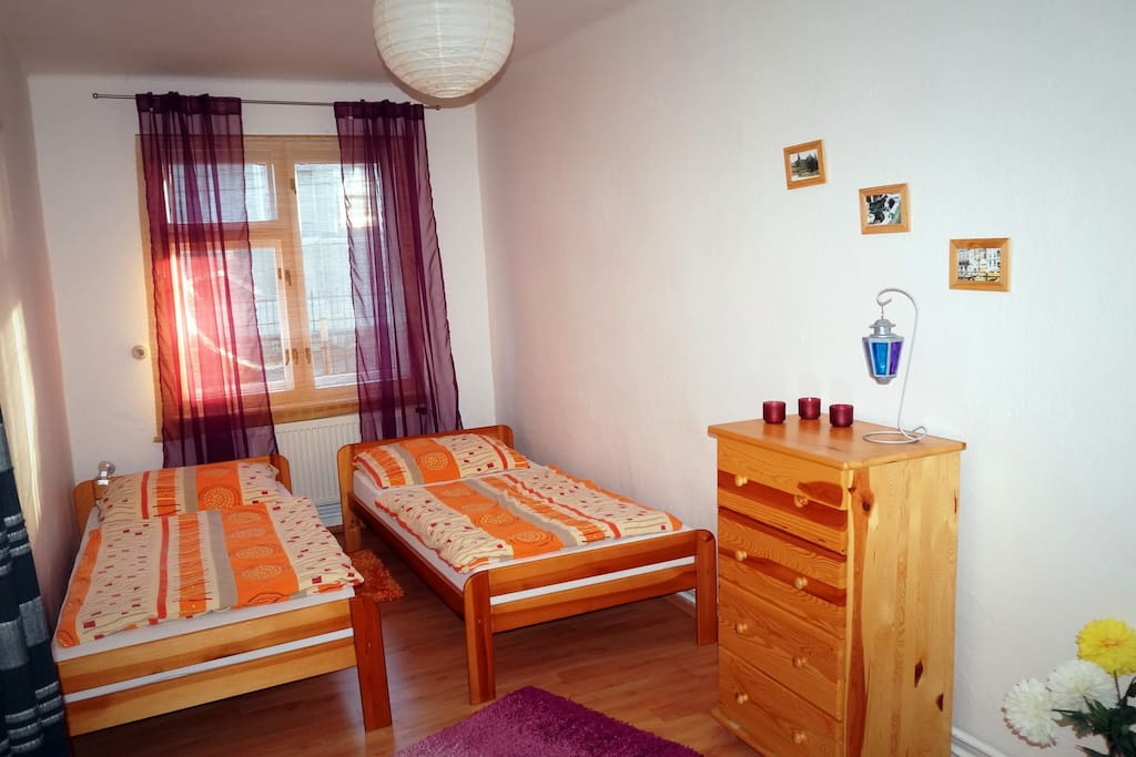 Cosy second bedroom with 2 single beds