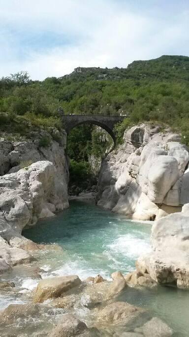 Le pont de la Cerise, sur le Sentier de Randonnée passant près de la maison