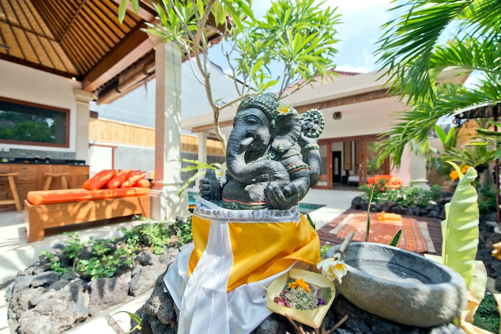 Walking distance to KDT beach and the boutiques, clubs, shops and spas on Laksamana Oberoi.