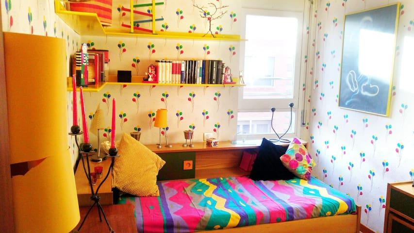 Habitación amarilla con corazón joven y alegre