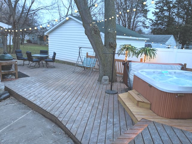 Modern Oshkosh ranch, full bar & new hot tub. EAA