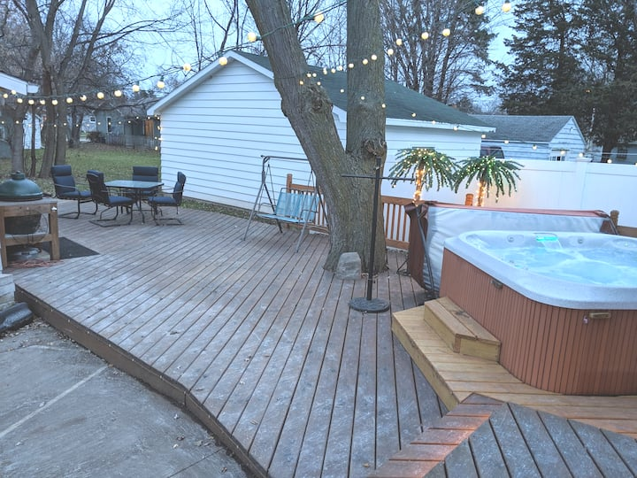 Modern Oshkosh ranch, full bar & new hot tub. EAA