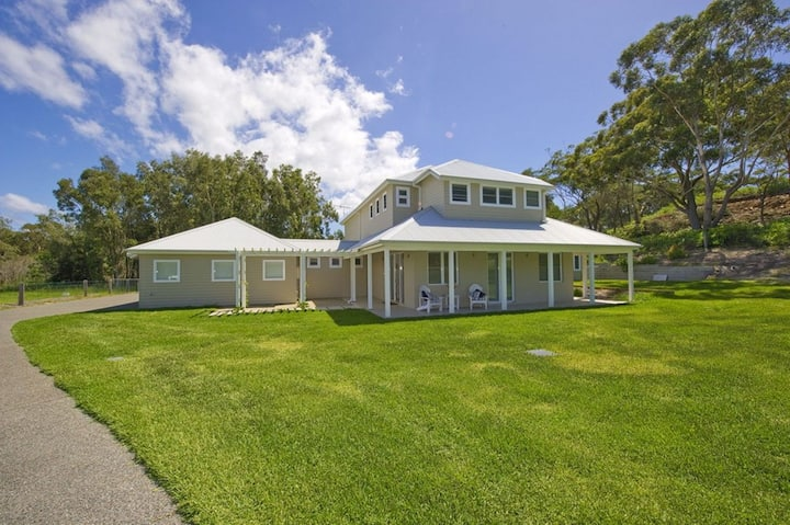 Echo Beach House, 16 Reflections Drive - Luxurious House with Magnificent Pool and Ducted Air