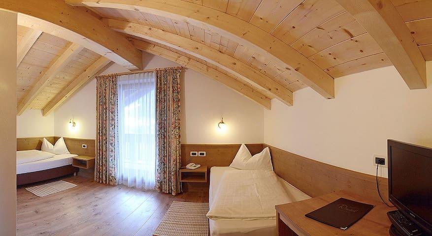 Twin bedroom in the attic with balcony - San Vigilio - Apartment