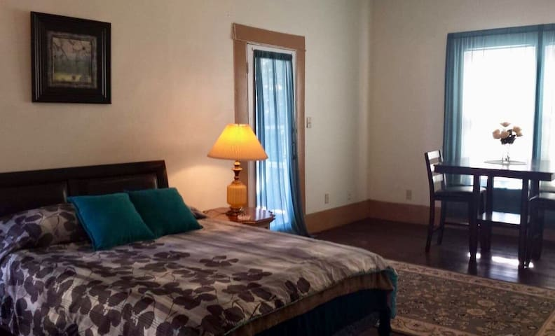 Master Suite 1.5 miles from Downtown San Antonio