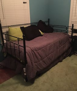 Private Room with day bed and trundle bed - Tulsa