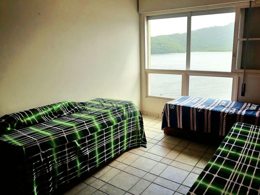 Quarto com 3 camas de solteiro. Vista privilegiada da Baía de São Vicente