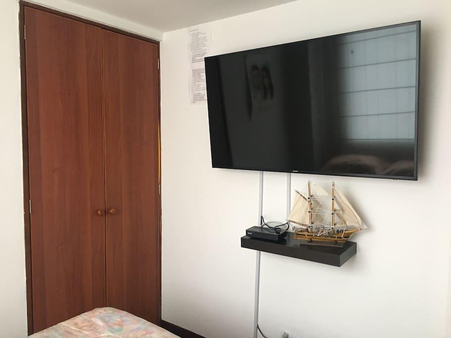Habitación closet y televisor