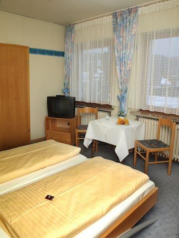 Pension Dorfkrug (Winterberg/Züschen) -, Doppelzimmer mit Doppelbett und Dusche / WC