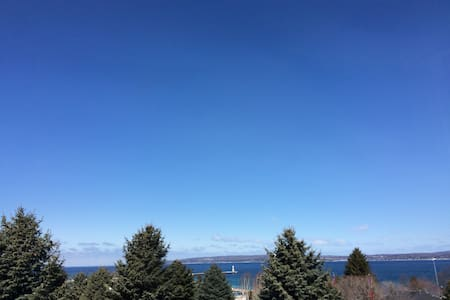 Best View & Location Up North in Downtown Petoskey - Lakás