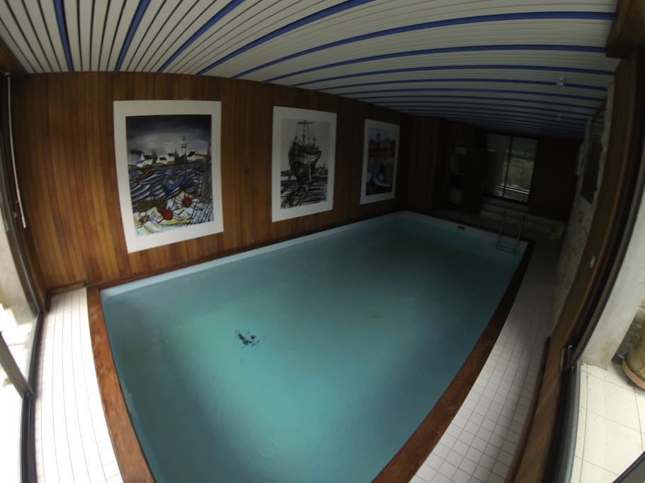 Piscine intérieure chauffée avec salle d'eau