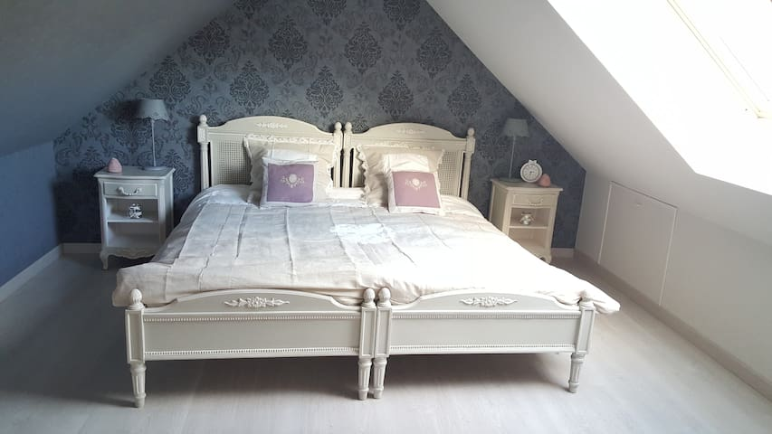 CHAMBRE LESLY