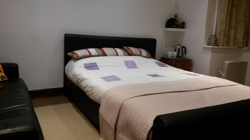 Spacious cosy double room in London - Wembley