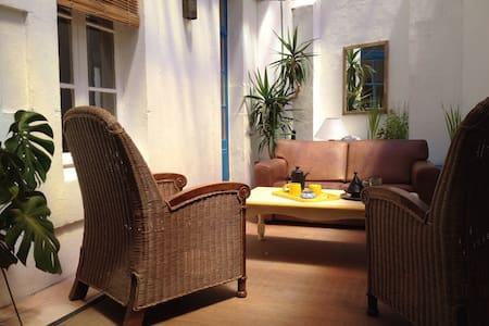75m² de charme, centre-ville, patio et terrasse - Apartment