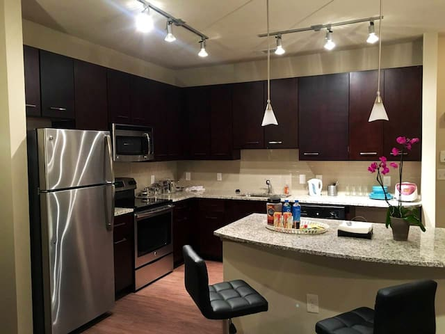 Upscale Apt w Private BathRm, walk to Marta&Costco