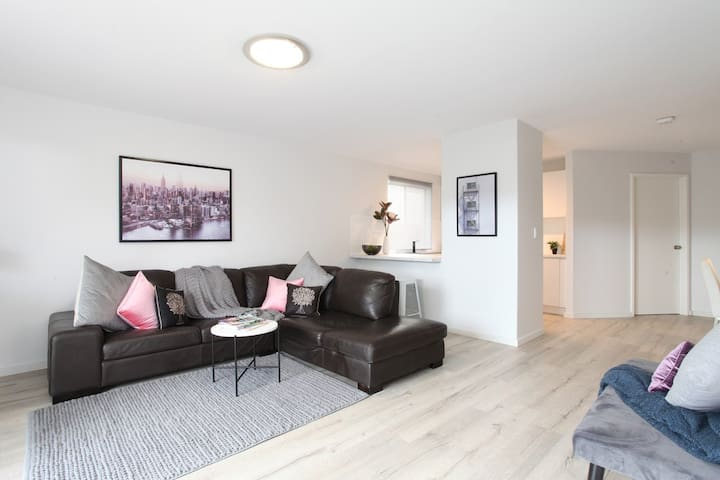 Victoria Park stylish newly renovated apartment