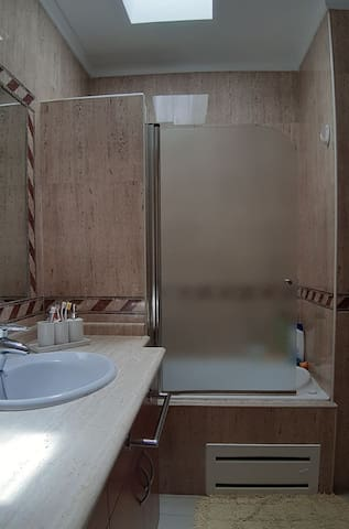 Aseo con bañera y dos lavamanos