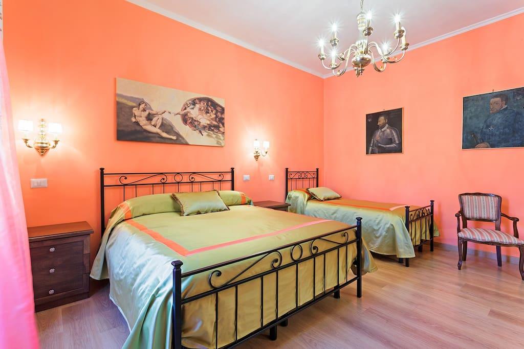 Camera da letto con parquet e quadri d'epoca alle pareti