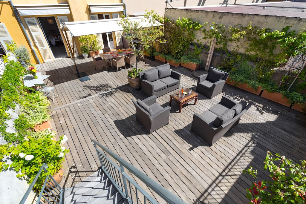 Stunning 100sqm terrace! (the appartement you see behind the dining area will be closed if you rent only this flat and you'll have exclusive access to the terrace).