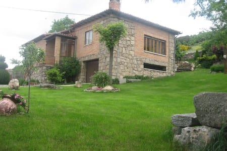 Casa rural LA LADERA en gredos hoyos del espino - Hoyos del Espino - Huis