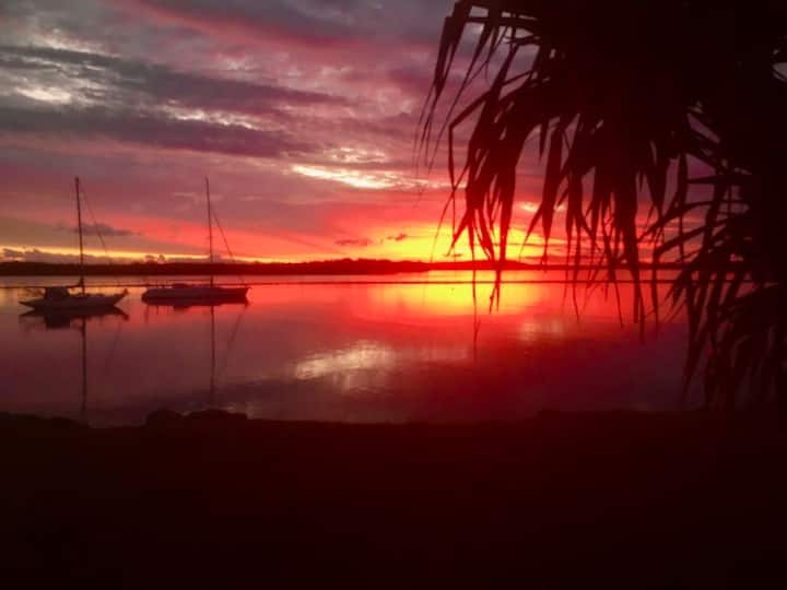 """""""Sunsets on Clarence!"""" - Epic waterfront townhouse"""
