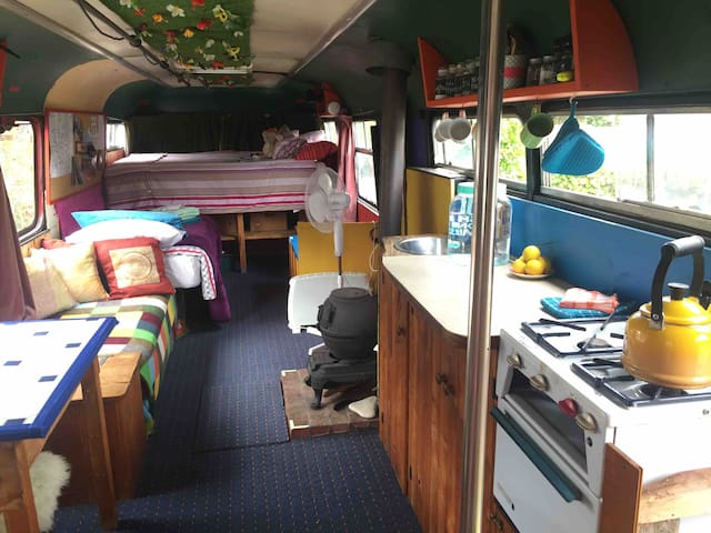 Housebus - super king bed! Classic, simple, retro
