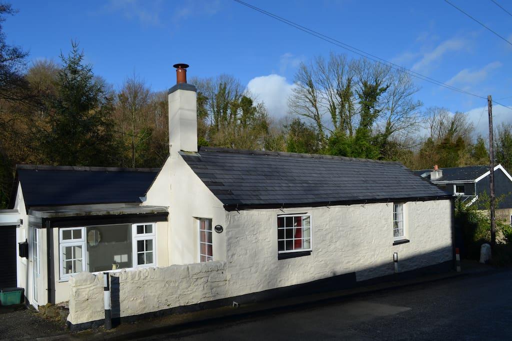 April Cottage in the pretty ribbon village of Chillaton