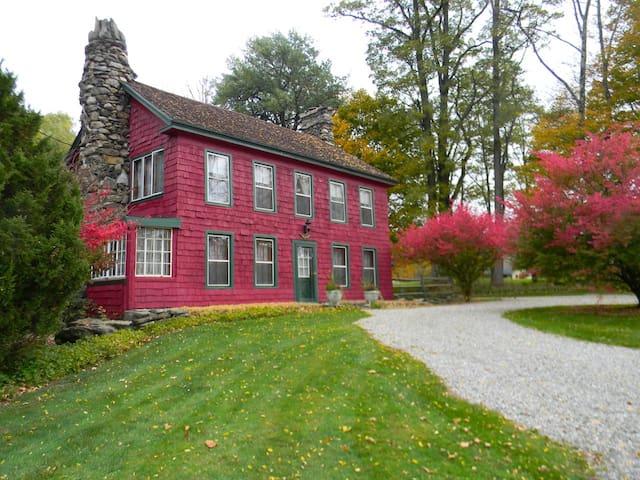 Charming Four Bedroom Farmhouse ~ up to 8 guests - Tyringham - Hus