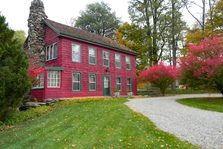 Charming Farmhouse ~ up to 8 guests - Tyringham - Haus