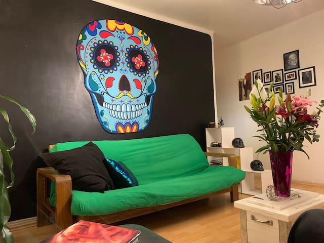 En la decoración del apartamento encontraras muchas cosas referentes al día de muertos. Soy un fanático.