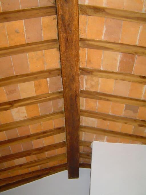 particolare del soffitto a travicelli e mattoncini