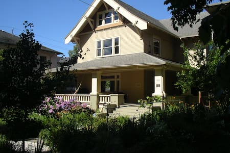 Large private suite close-in, historic Irvington - Portland