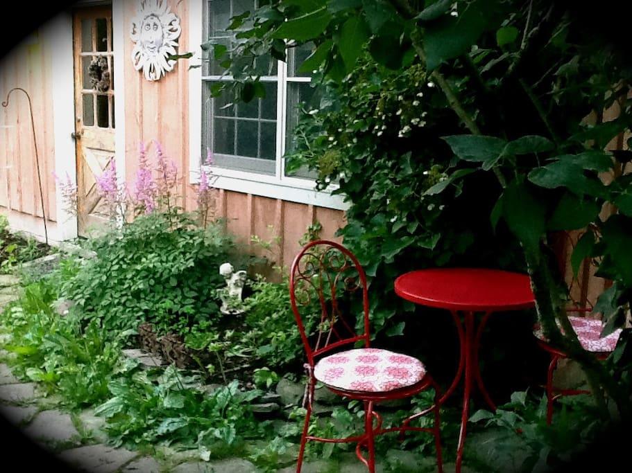 Breakfast outdoors? Great idea.
